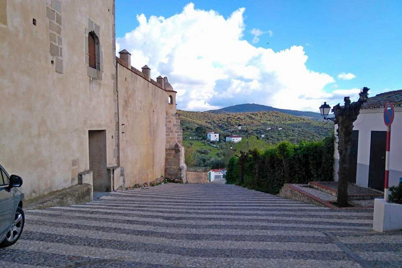Prachtige vergezichten tijdens het fietsen in Extremadura kijken naar klooster Tentudia