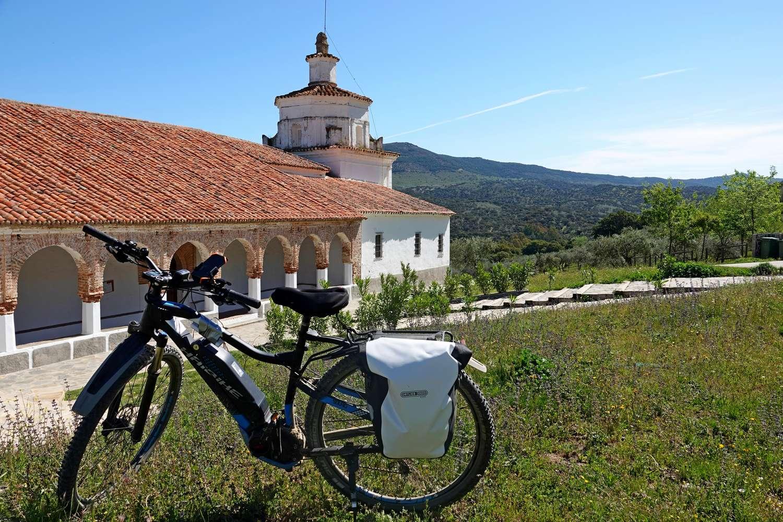 De fietsroute door Extremadura brengt je ook bij een mooieoude kapel met prachtige wand- en plafondschilderingen