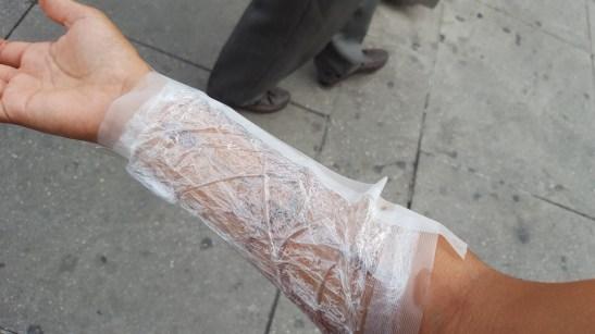 Tatouage sous cellophane pour protéger
