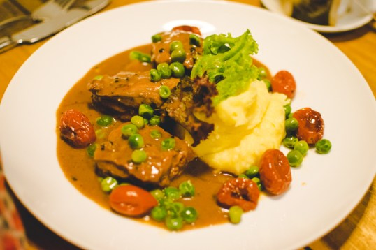 Braised meat with mashed potatoes