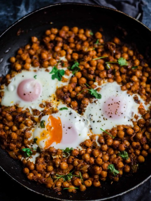 Chickpeas in a pan with 3 eggs on top