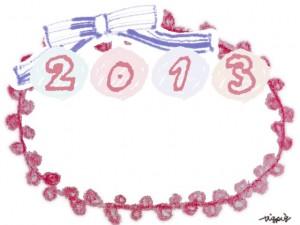 シャーベットカラーの2013の手書き文字とピンクのピコットレースとブルーのリボンのフレーム:640×480pix
