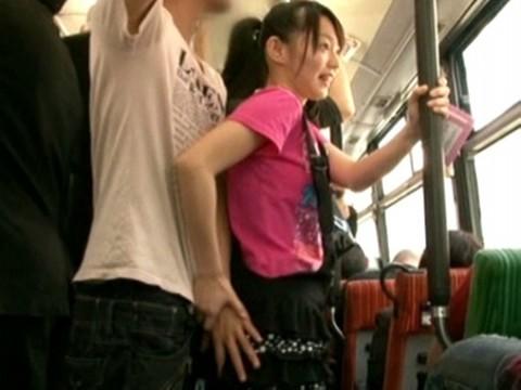 【痴女】女子小学生が逆痴漢?童顔の女の子がバスで痴漢被害かと思いきや逆に男のチンポにお尻を擦りつけたり純白パンティー越しにお尻を触らせて楽しんじゃってるよ!(このは)