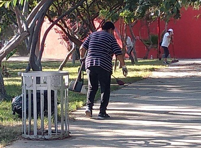 Sin apoyo del gobierno vecinos limpian el parque