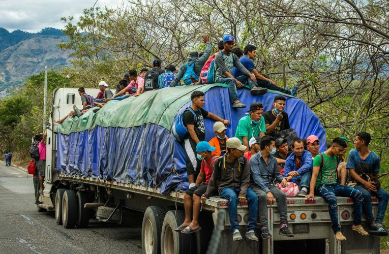 Niños de la caravana migrante regresan a Honduras heridos y traumatizados