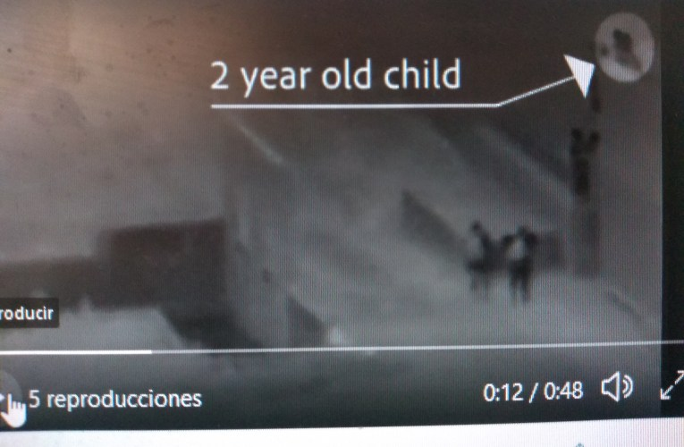 Pasan niño de dos años por arriba del muro fronterizo