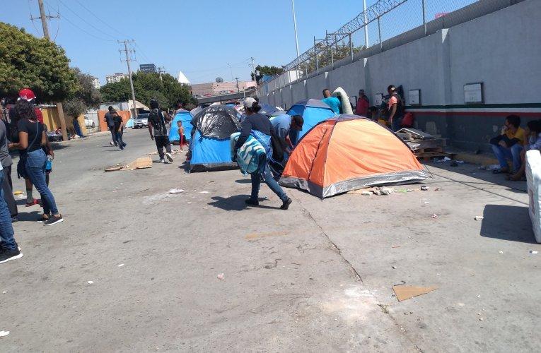Fuerte despliegue policíaco para sacar a migrantes de estacionamiento federal