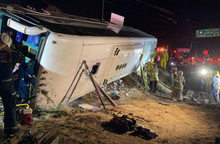 Al menos 7 muertos en volcadura de autobús en Rosarito