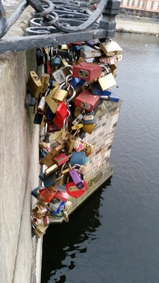 Slotjes op de Karelsbrug in Praag (1)