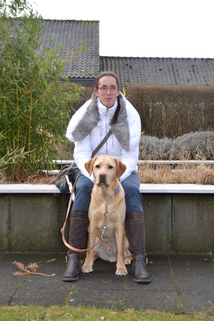 Debby met blonde labrador Tobias, tijdens de instructieperiode bij KNGF Geleidehonden in december 2012.