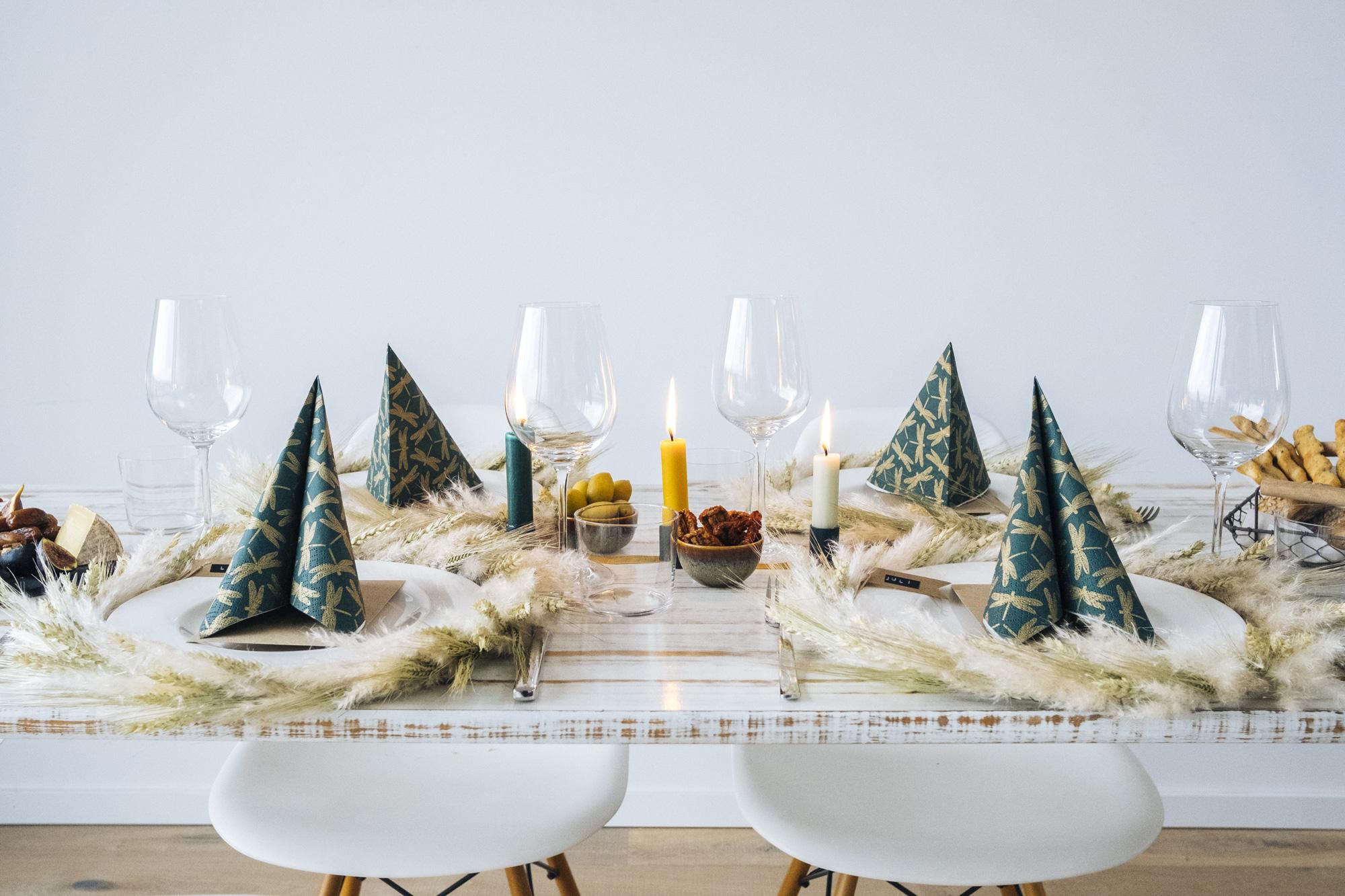 Tisch-Deko zu Erntedank: Seitenansicht von herbstlich gestaltetem Esstisch