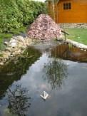 Waterval geplaatst bij een vijver