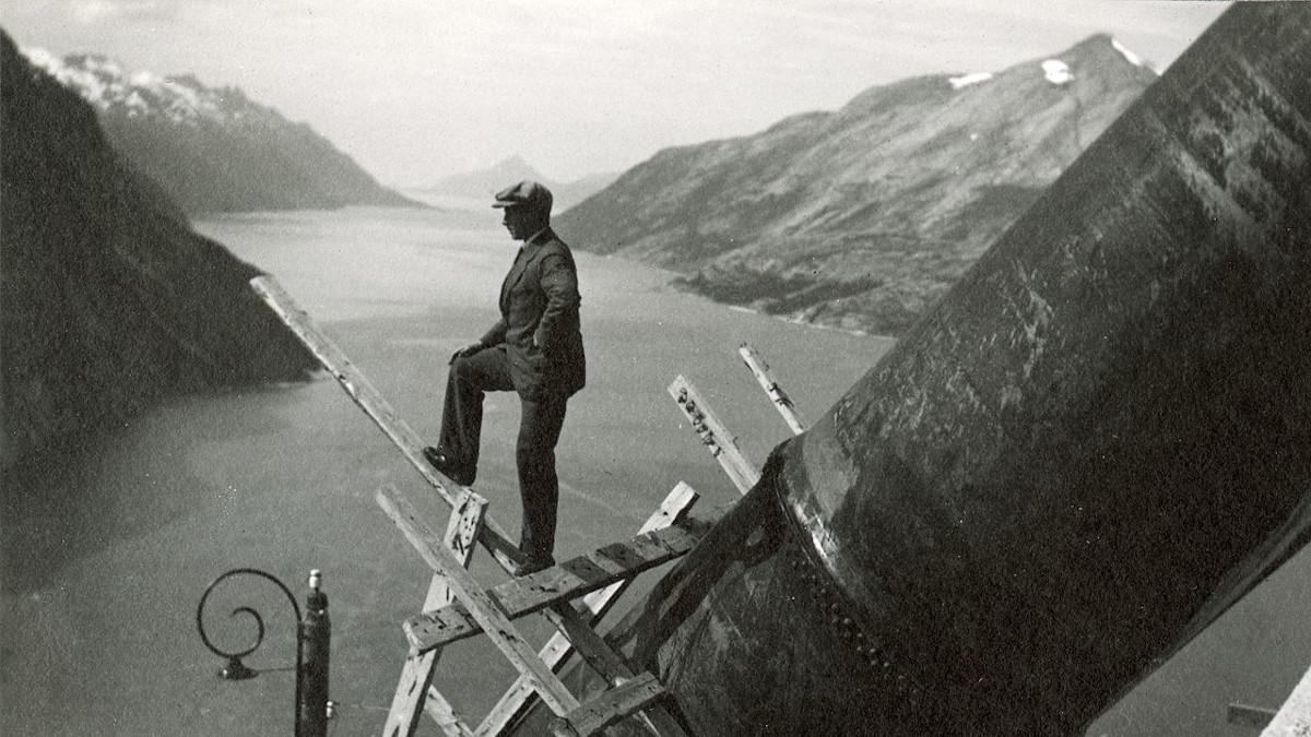 Mann på stillas høyt over Glomfjord (sort-hvitt, fra 1921)