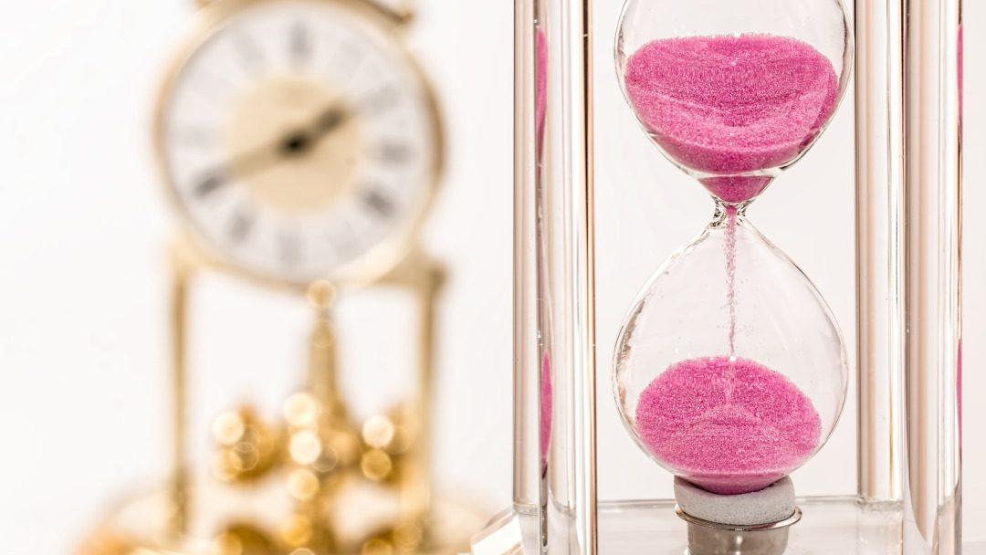 timeglass og klokke