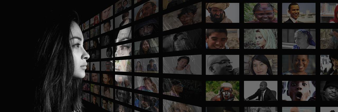 Kvinne ser på skjerm med mange ansikter