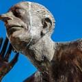 Statue mann som lytter