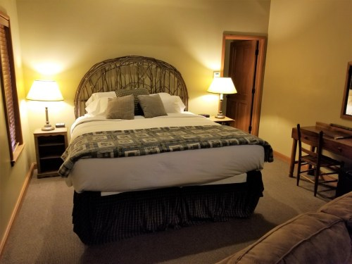 The sleeping area contained a large, comfortable king bed.