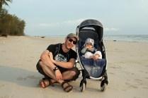 Vater & Sohn beim Strandspaziergang