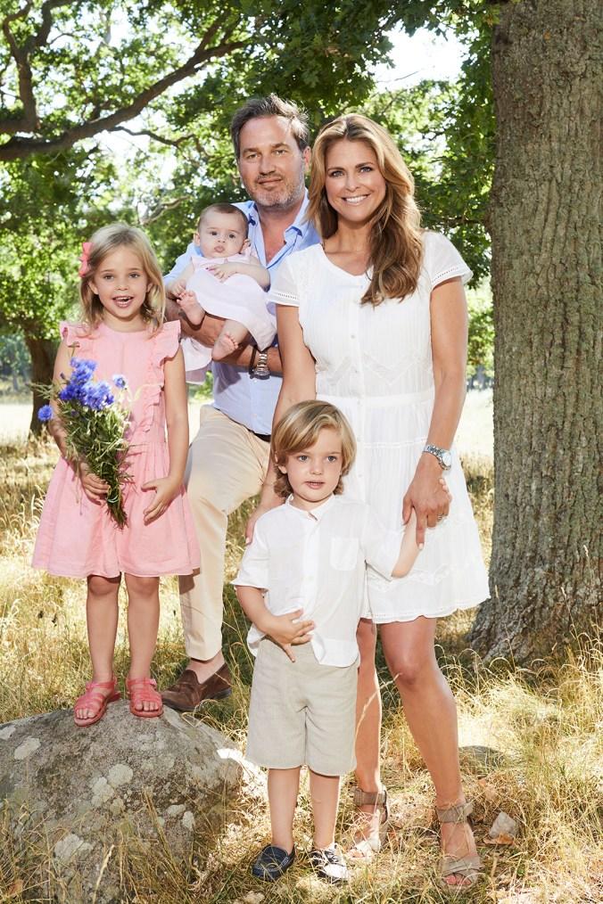 Prinsessa Madeleine ja Chris O'Neill lapsineen.