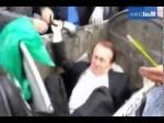 Ucranianos jogam deputado no lixo