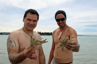 L-R: Whare Edwards & Clint Agnew find only crabs in their net.