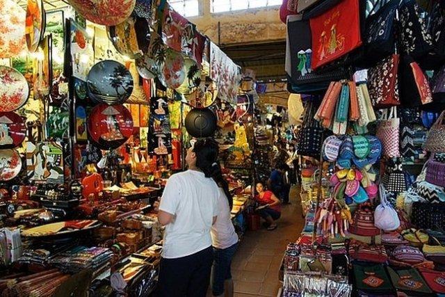Dạo quanh mua sắm thoả thích ở chợ Bến Thành