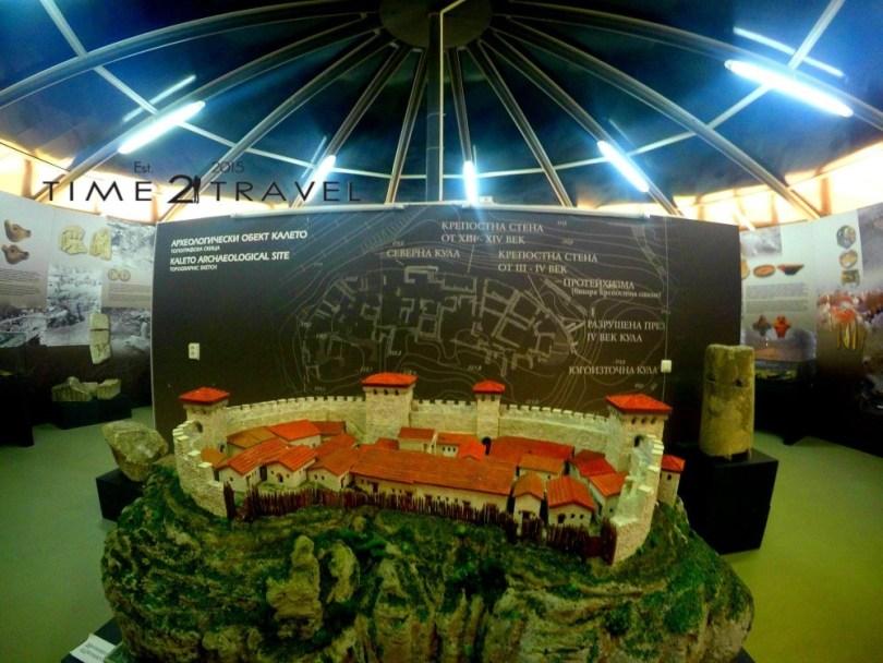 Това е възстановка на римската крепост, съществувала някога тук.