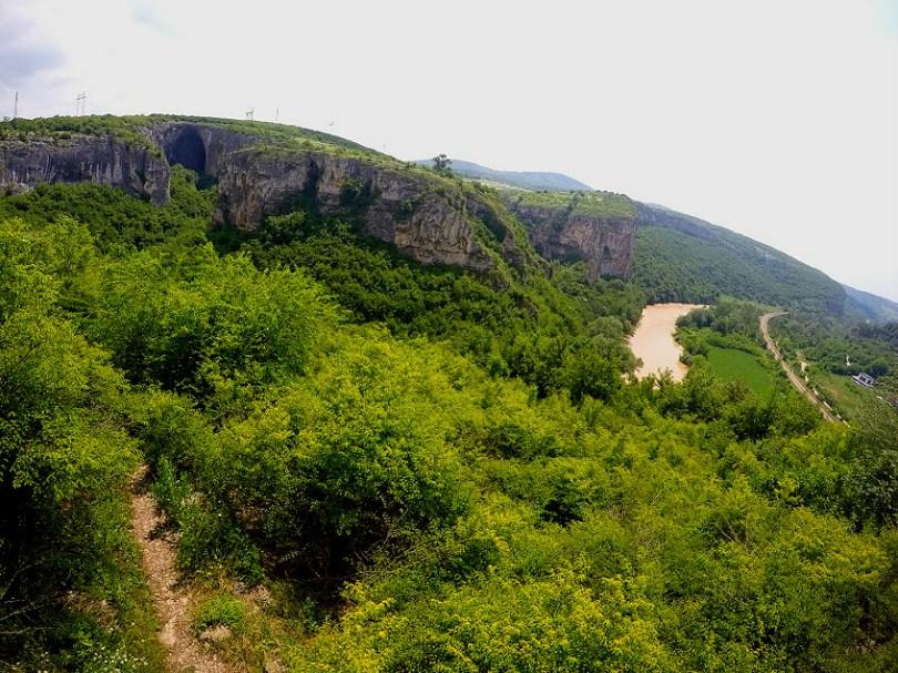 Река Искър и Големият вход на пещера Проходна