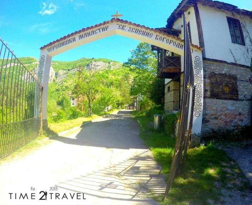 Главният вход на манастира