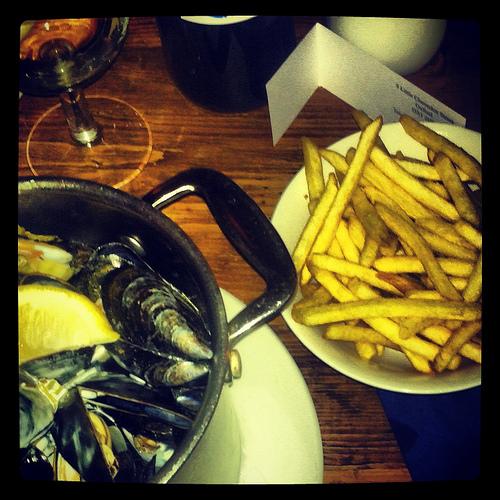 Moules~Frites, the fresh Cornish mussels served marinières à la crème
