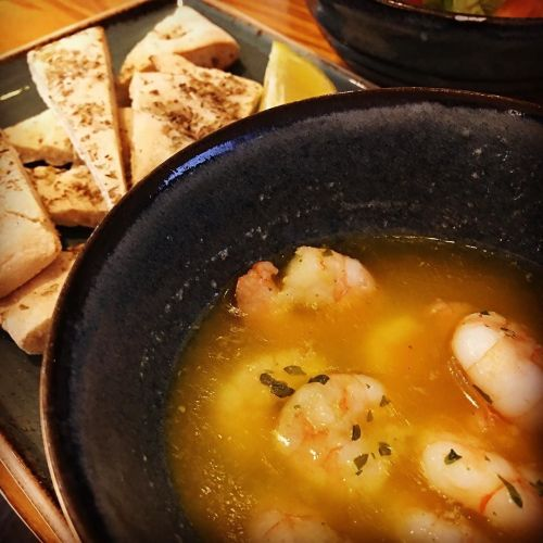 king prawns roasted in garlic & herb sauce, olive oil & fresh lemon, served with flatbread