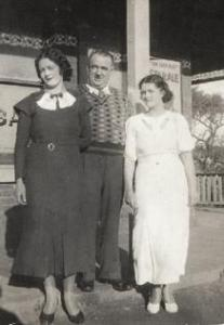 Jim Floyd and Olive Viola Floyd with his daughter on the verandah of the Paragon Hotel, Helensburgh in 1935