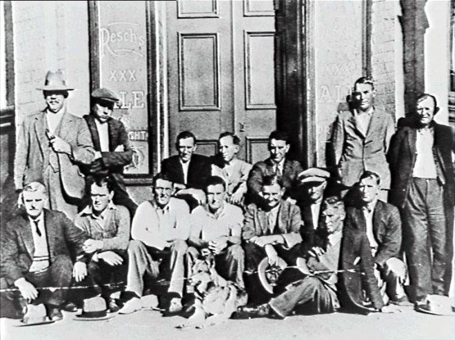Outside Balgownie Hotel one Sunday morning 1933; Pictured top row:: Bob Rudland (bootmaker), Andy Walker, Joe Thompson, Ron Caldwell (butcher), Doc O'Neill, Charlie Edwards, Frank Rogers. Centre: Johnny Ogle, Bill Kelly, Perc Edwards, Bob Scarlett, Ern Bond (barber), Bill Banks, Scamp Johnson. Front: Winnie (dog), Jim Young.