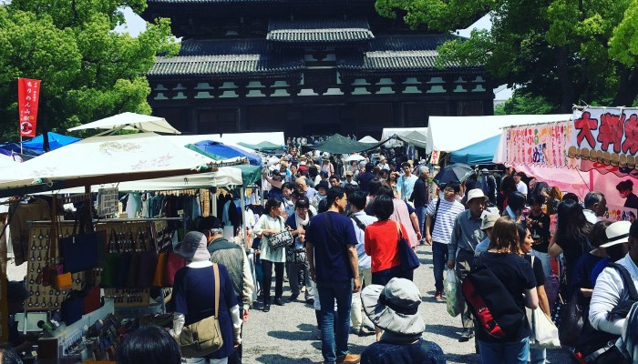 A bustling Kobo-san Market that offer a great choice in antiques, vintage garments and street food.