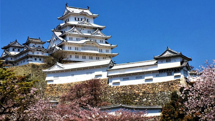 Himeji Castle - a white castle on top of a hill. It is said to appear like a bird taking flight! Ultimate 1 day guide to the best of Himeji, Japan