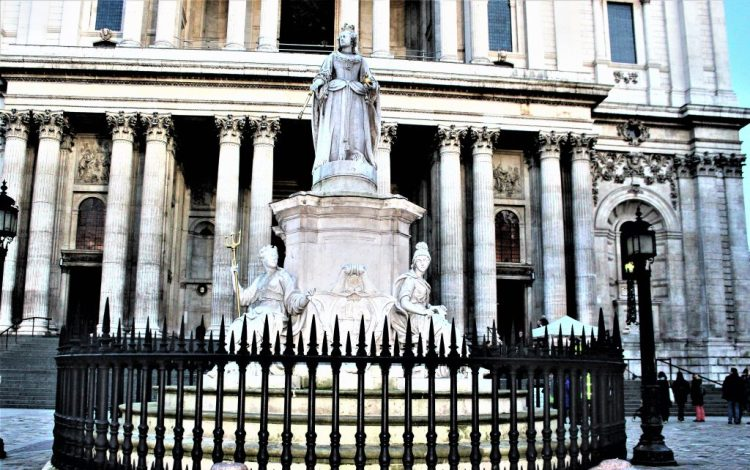Statue of Queen Anne, the reigning monarch at the time St Paul's Cathedral was completed.