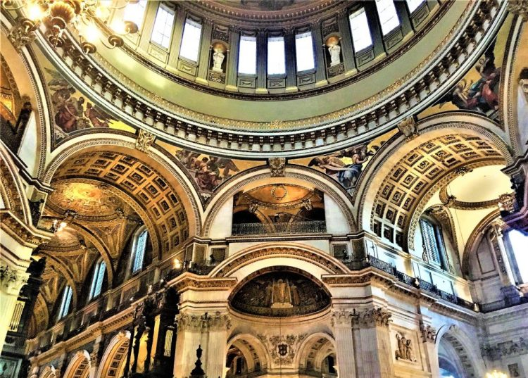 St Paul's Cathedral in London: The interior of the Cathedral. Wren roofed these with saucer-shaped domes.