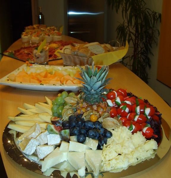 10_Fingerfood Plate with cheese and fruits