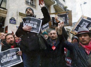 "French journalists with press cards and ""Je suis Vharlie"" (I am Charlie, before the premises of Charlie Hebdo. Photo Gonzalo Fuentes"