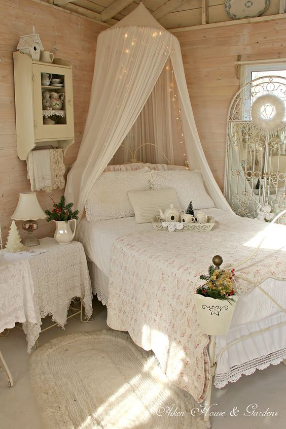 Round cozy bedroom lights decoration ideas for Christmas. Christmas ideas for bedroom.