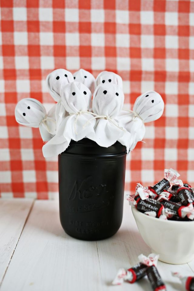 Ghost lolly Pop treat ideas for kids. 12 best Halloween ghost decoration for indoor. Creative and funny table decoration ideas. Indoor Halloween decorating ideas. Candy treats for kids. Homemade Halloween crafts for decoration. Halloween DIY crafts decoration ideas for adults. Halloween party decoration ideas. Halloween crafts for kids and toddlers