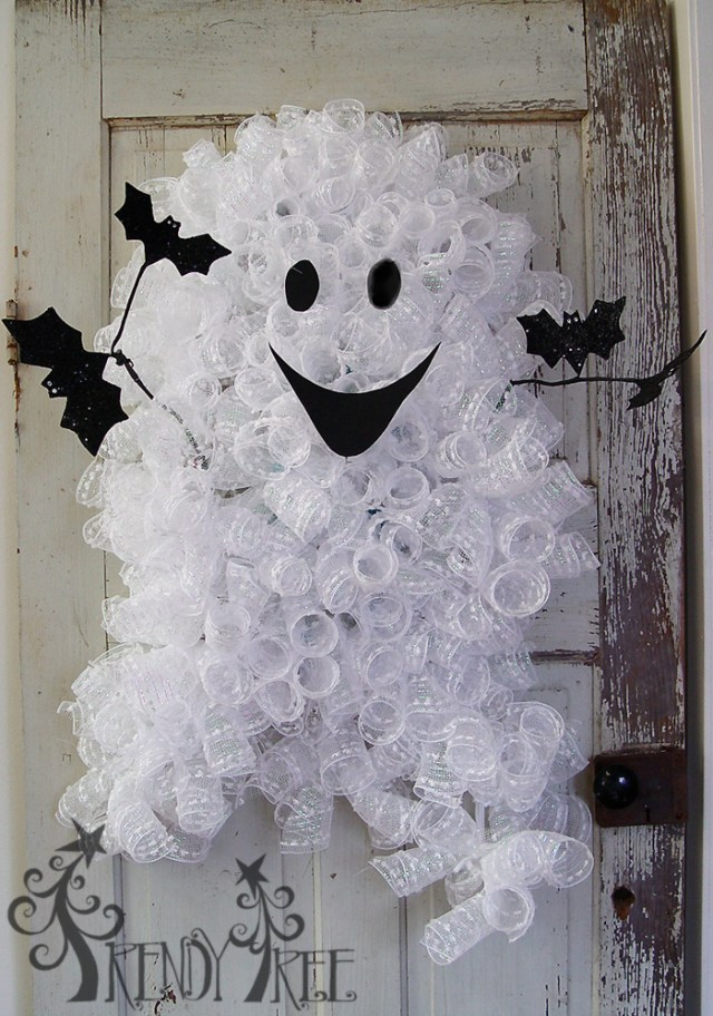 Halloween ghost wreath tree for decoration. 12 spooky Halloween decorating ideas. Best DIY Halloween crafts for outdoor decoration. Halloween ghost craft ideas. Halloween crafts for adults. Best homemade Halloween crafts for decoration. Spooky Halloween indoor decoration for adults.
