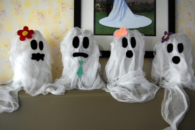 Recycled soda bottles ghost for kids. 12 quick and easy kids Halloween crafts ideas. Easy DIY Halloween decoration ideas. Indoor Halloween decorating ideas. Halloween ghost crafts for decoration. Party decoration ideas. DIY Halloween crafts for outdoor decoration. Cheap Halloween decoration for indoor. Halloween ghost craft for preschoolers.