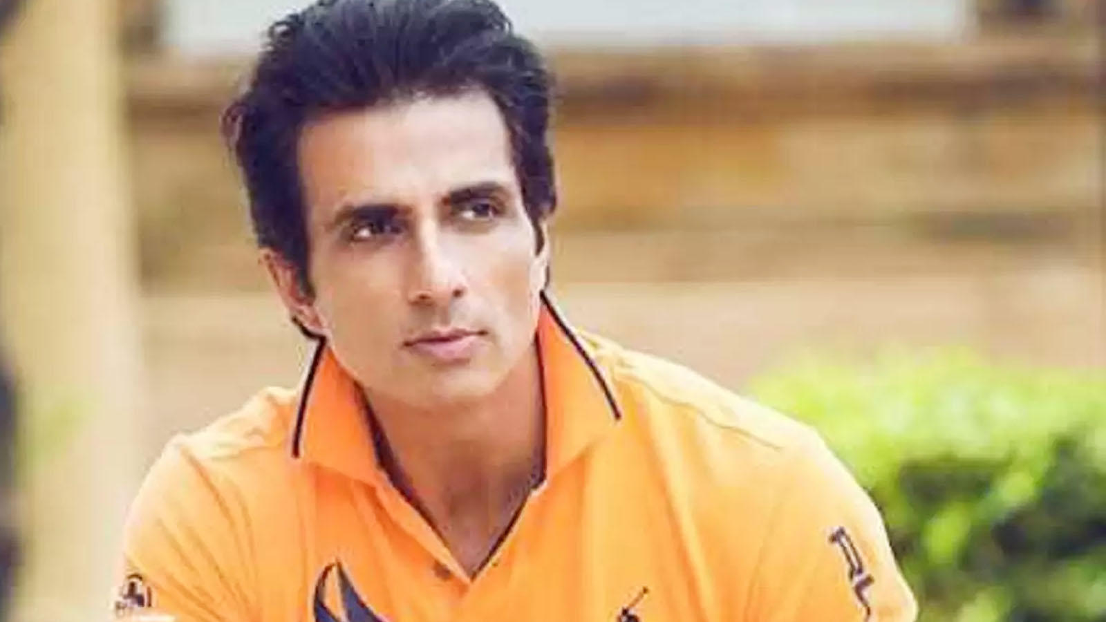 Sonu Sood airlifts a critically-ill COVID-19 patient from Jhansi to Hyderabad | Hindi Movie News – Bollywood – Times of India