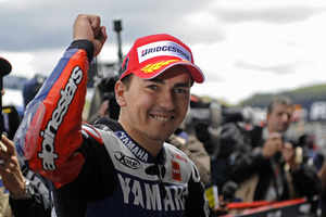 Jorge Lorenzo takes lead as Valentino Rossi bounces back