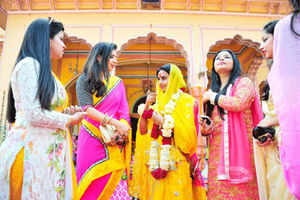 Tying the knot, couple to show borders are a naught