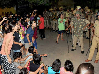 The complaint also makes startling revelation that the guards stationed on BHU campus kept on questioning the movement by the victim's friends after 6pm at the campus. (Photo: PTI)