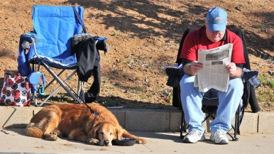 The long race afforded time to relax for one of the hundreds of spectators south of Santana High School. Photo by Ken Stone