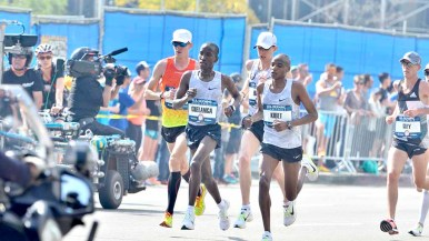 Sam Chelanga of Tucson was an early leader but failed to finish amid L.A. heat. Photo by Ken Stone
