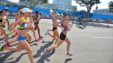 Women started race with temps in the low 60s, but saw highs in the 70s by the end — brutal for distance runners. Photo by Ken Stone